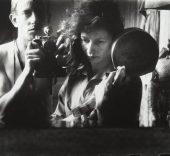 Ed van der Elske Sefl-portrait with Ata Kandó, Paris, [Autorretrato con Ata Kandó, París], 1952. Copia a la gelatina de plata, 24 x 35, 8 cm. Nederlands Fotomuseum / © Ed van der Elsken / Collection Ed van der Elsken Estate.