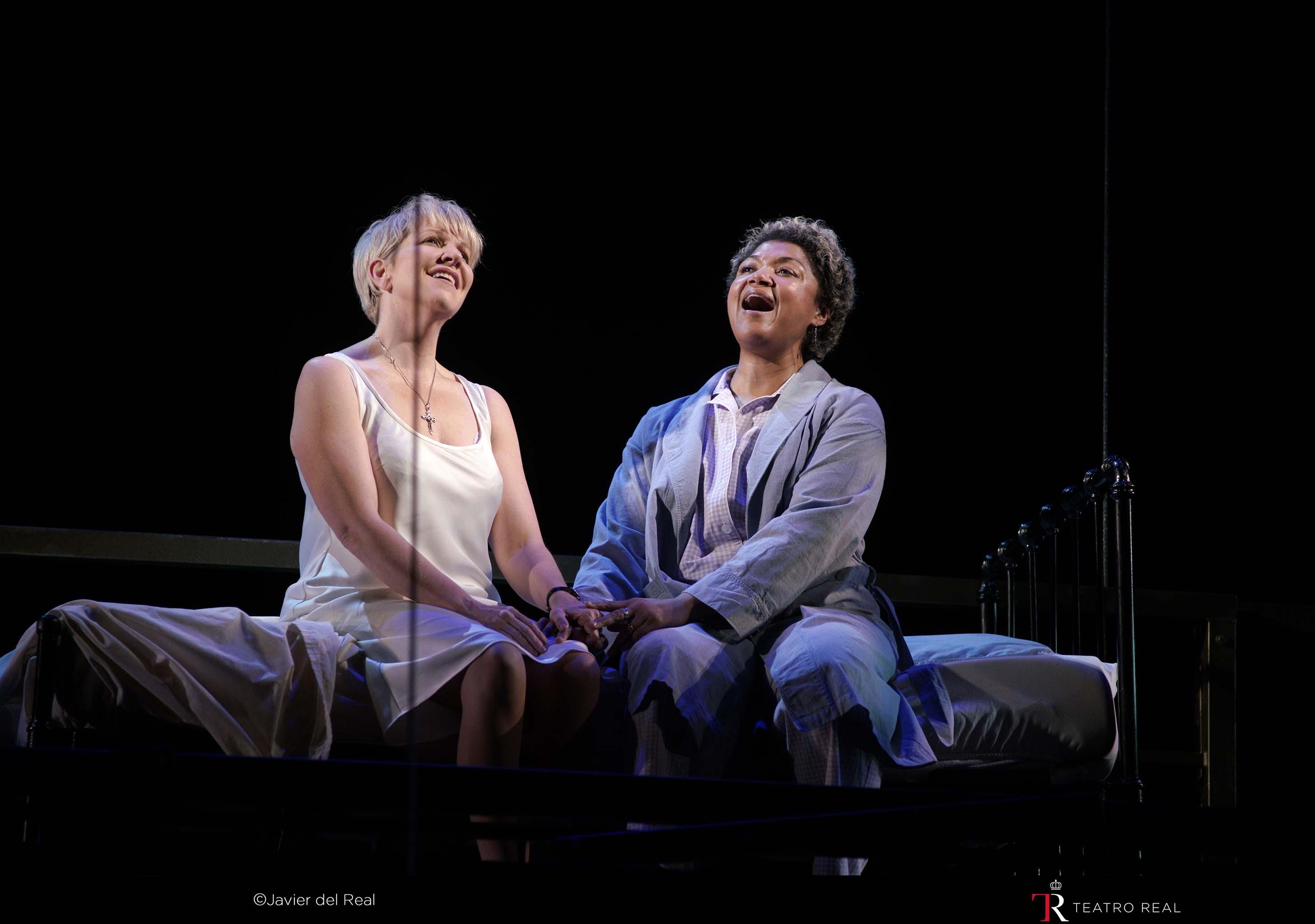 'Dead Man Walking' en el Teatro Real. Mezzosoprano Joyce DiDonato (sister Helen / soprano Measha Brueggergosman (sister Rose). © Javier del Real | Teatro Real.