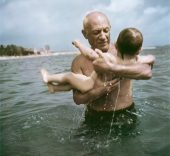 Robert Capa. Pablo Picasso jugando en el agua con su hijo Claude, Vallauris, France, 1948. © Robert Capa/International Center of Photography/Magnum Photos.