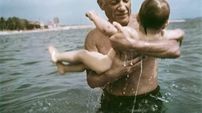 Robert Capa. Pablo Picasso jugando en el agua con su hijo Claude, Vallauris, France, 1948. © Robert Capa/International Center of Photography/Magnum Photos.