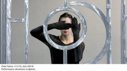 Osías Yanov. ///////)))_IO))). 2014. Performance, escultura de aluminio. 300 x 600 x 5 cm (1118 1/8 x 236 1/4 x 2 inches), 12 minutos. Fundación Museo Reina Sofía. Promesa de donación de Patricia Phelps de Cisneros en honor a João Fernandes.