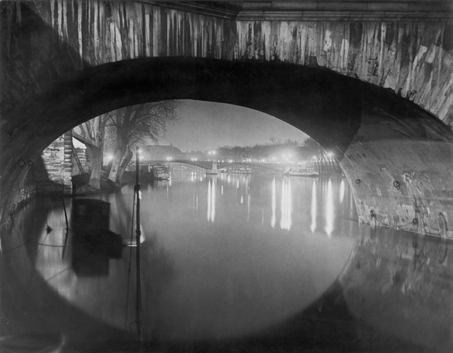 Brassaï. Vista desde el Pont Royal hacia el Pont Solférino, c. 1933. © Estate Brassaï. Succession, Paris.