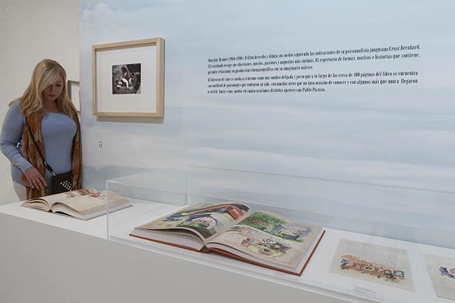 Una visitante contempla 'El libro de los sueños' mostrado en la exposición. © Museo Picasso Málaga.