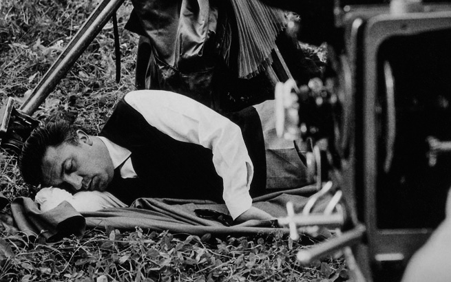 Federico Fellini durante el rodaje de 'La dolce vita', 1960. Colección Fondation Jérôme Seydoux-Pathé. La Dolce vita, coll. Fondation Jérôme Seydoux-Pathé. © 1960. Société Nouvelle Pathé-Cinéma-Gray Film-Riama Film.