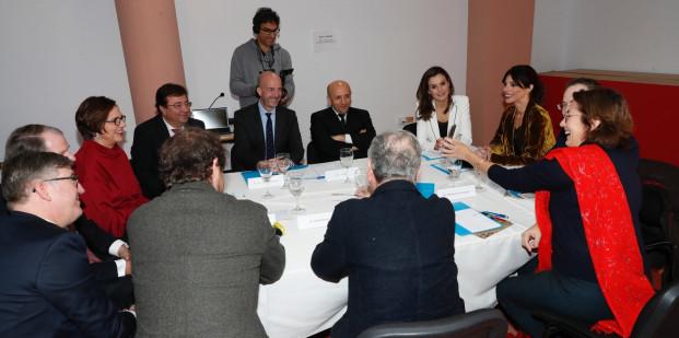 La Reina con los miembros del Jurado.
