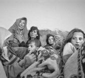 Gervasio Sánchez. Refugiados albanokosovares se protegen del frío Kubes (Albania). Abril de 1999.