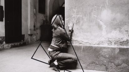VALIE EXPORT (Linz, 1940). Figuration Var. A, 1972. Figuración, versión A. Ed. nº 1/3. Fotografía b/n con acuarela líquida negra, 55,5 x 78,5 cm.