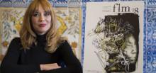 Paula Bonet posa con el cartel de la Feria del Libro de 2018.