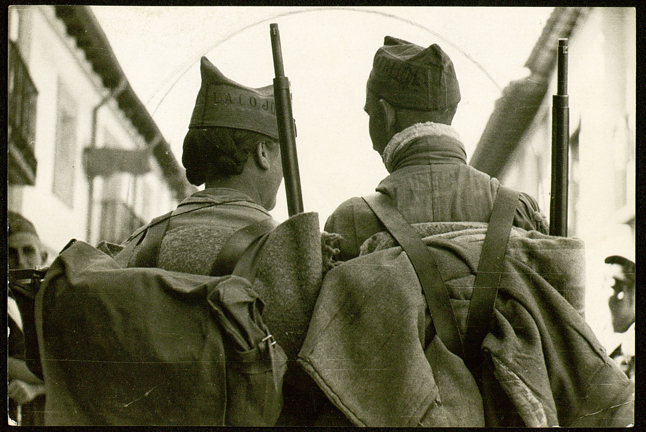 Anónimo. Madrid, 1936. Dos milicianos en dirección al frente. MECD, CDMH, CAUSA-GENERAL, 1301,10,54.