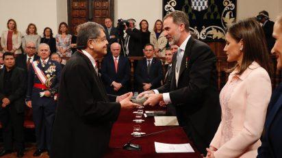 El Rey entrega el Premio de Literatura en Lengua Castellana Miguel de Cervantes 2017 a Sergio Ramírez. Foto: Casa Real.