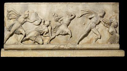 Bloque de un friso con una batalla entre griegos y amazones. Relieve de mármol. c. 350 a. C. Hallado en Mausoleo de Halicarnaso, actual Turquía © The Trustees of the British Museum.