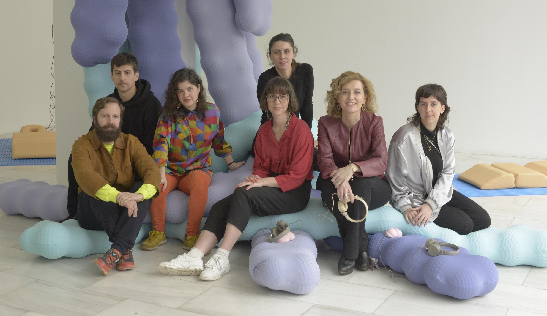 María Pardo, directora general de Promoción Cultural, junto a los comisarios y artistas de la exposición.