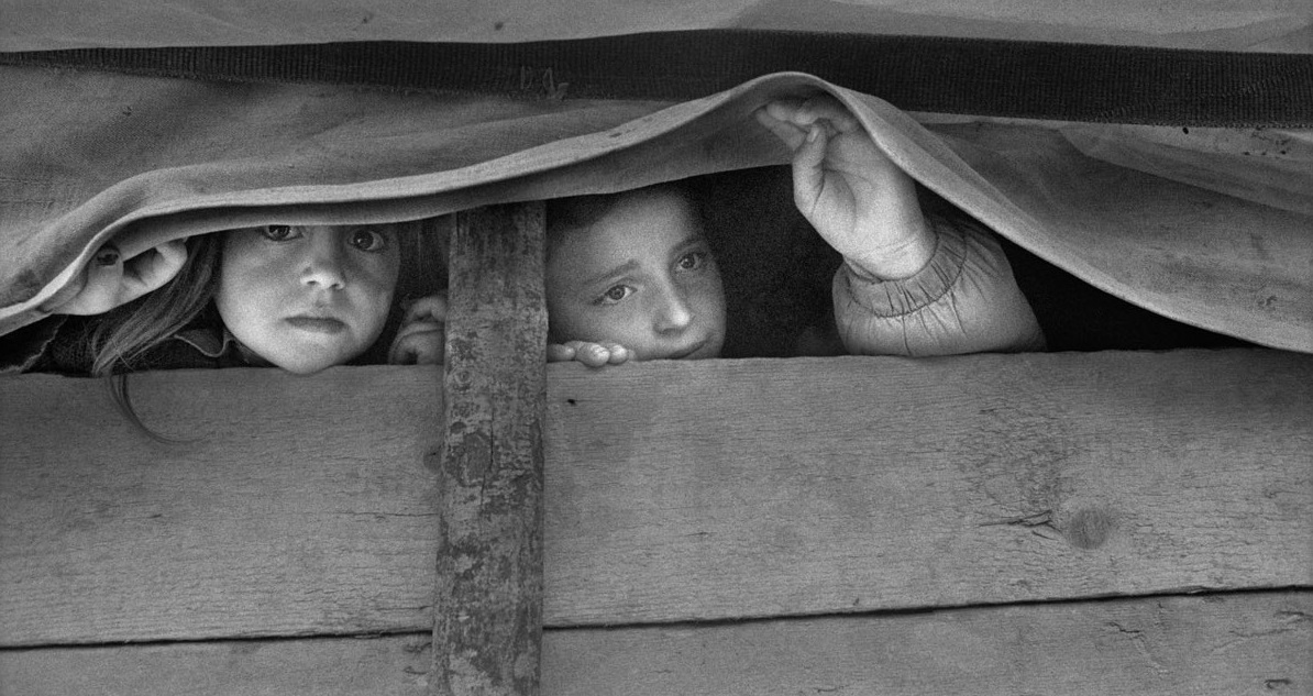 Gervasio Sánchez. Dos niñas albanokosovares miran desde el interior del carromato. Morina (Albania). Abril de 1999.