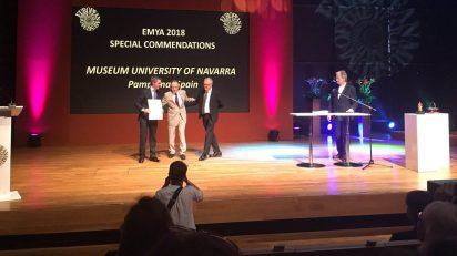 Jaime García del Barrio, director general del Museo Universidad de Navarra, y Valentín Vallhonrat, director artístico, recogen el galardón en los Premios EMYA.