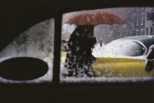 Saul Leiter, Red Umbrella, c.1955. © Saul Leiter Foundation, cortesía de Gallery FIFTY ONE.