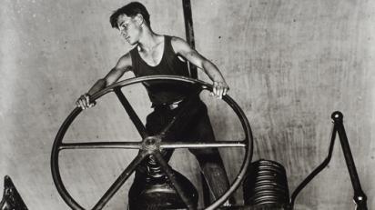 Arkady Shaikhet: Joven comunista manejando el volante en la fábrica de papel de Balajná, 1931.