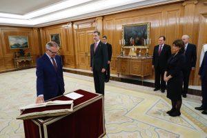 El nuevo ministro de Cultura y Deporte, José Guirao, promete su cargo ante el Rey en el Palacio de la Zarzuela. © Casa de S.M. el Rey.