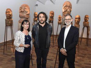 """Elisa Duran, directora general adjunta de la Fundación Bancaria """"la Caixa"""", Kader Attia y Marko Daniel, director de la Fundació Joan Miró."""