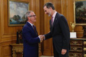 El Rey recibe el saludo del nuevo ministro de Cultura y Deporte, José Guirao Cabrera, tras prometer su cargo. © Casa de S.M. el Rey.