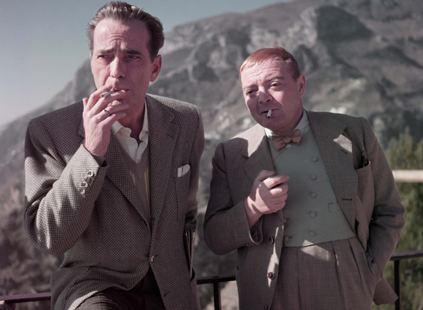 Robert Capa, Humphrey Bogart y Peter Lorre en el rodaje de 'La burla del diablo', Ravello, Italia, abril de 1953. © Robert Capa/International Center of Photography/Magnum Photos.