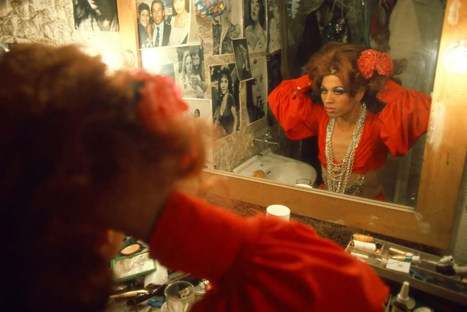Paco España ante el espejo (1977). Foto de César Lucas.