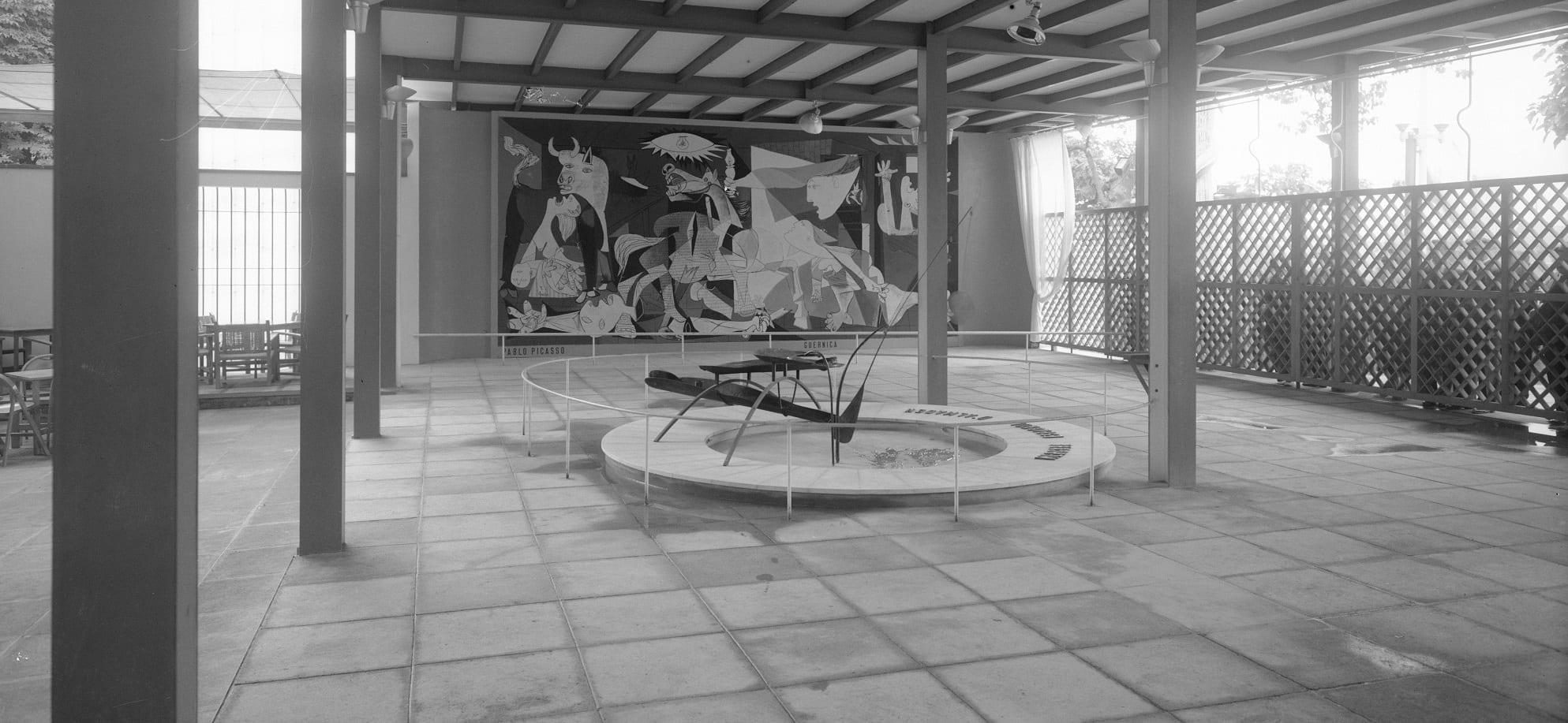 Fuente de mercurio de Alexander Calder con la pintura Guernica al fondo, 1937.