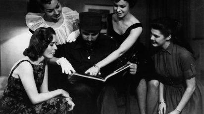 Fidel Castro visita a las Reinas de la Radio de Nueva York durante su primer viaje a Estados Unidos luego del triunfo de la Revolución. 22 de abril de 1959. © Korda Estate.