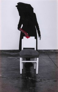 Dentro de mim, 2018. Fotografía b/n con tinta acrílica roja. 134 x 86 cm.