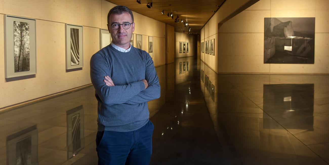 El artista Aitor Ortiz junto a algunas obras de su exposición 'La memoria trazadora'. Foto: Manuel Castells.