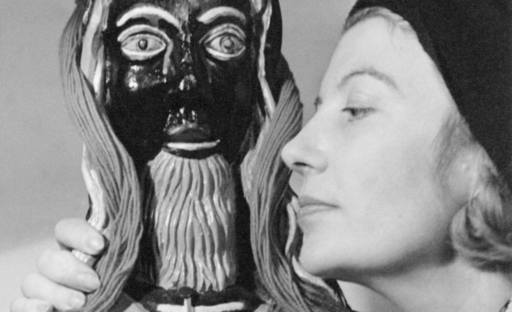 "Lee Miller. Eileen Agar and ""Golden Tooth"" sculpture, 1937. © Lee Miller Archives, Inglaterra 2018."