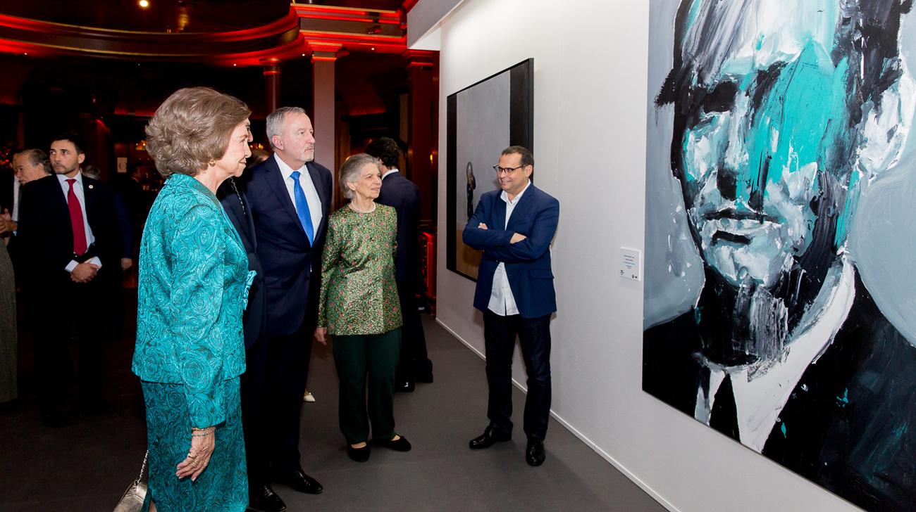 La Reina Sofía contempla el Premio BMW de Pintura 2018.