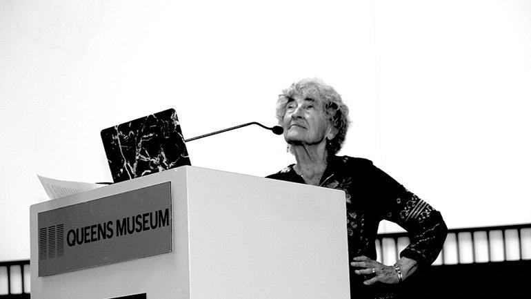 Lucy Lippard, durante una conferencia en el Queens Art Museum. Procedencia: The Artist Information Company.