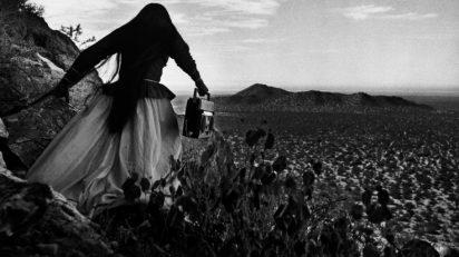 Mujer ángel, Desierto de Sonora, México, 1979. © Graciela Iturbide, 2018.