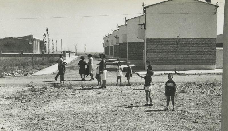 Exposición itinerante. Pueblos de colonización. Vencillón. Calle Mayor, 1966. Fototeca DPH.