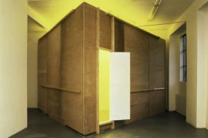 Bruce Nauman. Habitación Amarilla (Triangular), 1973. © Cortesía de Solomon R. Guggenheim Museum Archives, Nueva York. © Bruce Nauman, VEGAP, Málaga, 2018.