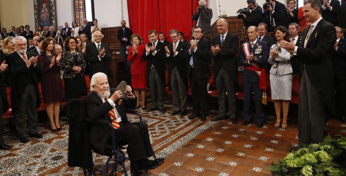© Casa de S.M. el Rey. Fernando del Paso tras recibir de manos del Rey el Premio Miguel de Cervantes. Universidad de Alcalá. 23.04.2016.