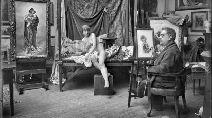 Mariano Moreno, ca. 1915. El pintor García Mencía con una modelo en su estudio.