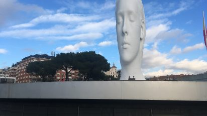 Julia, una nueva madrileña de 12 metros, mira Madrid desde Colón.