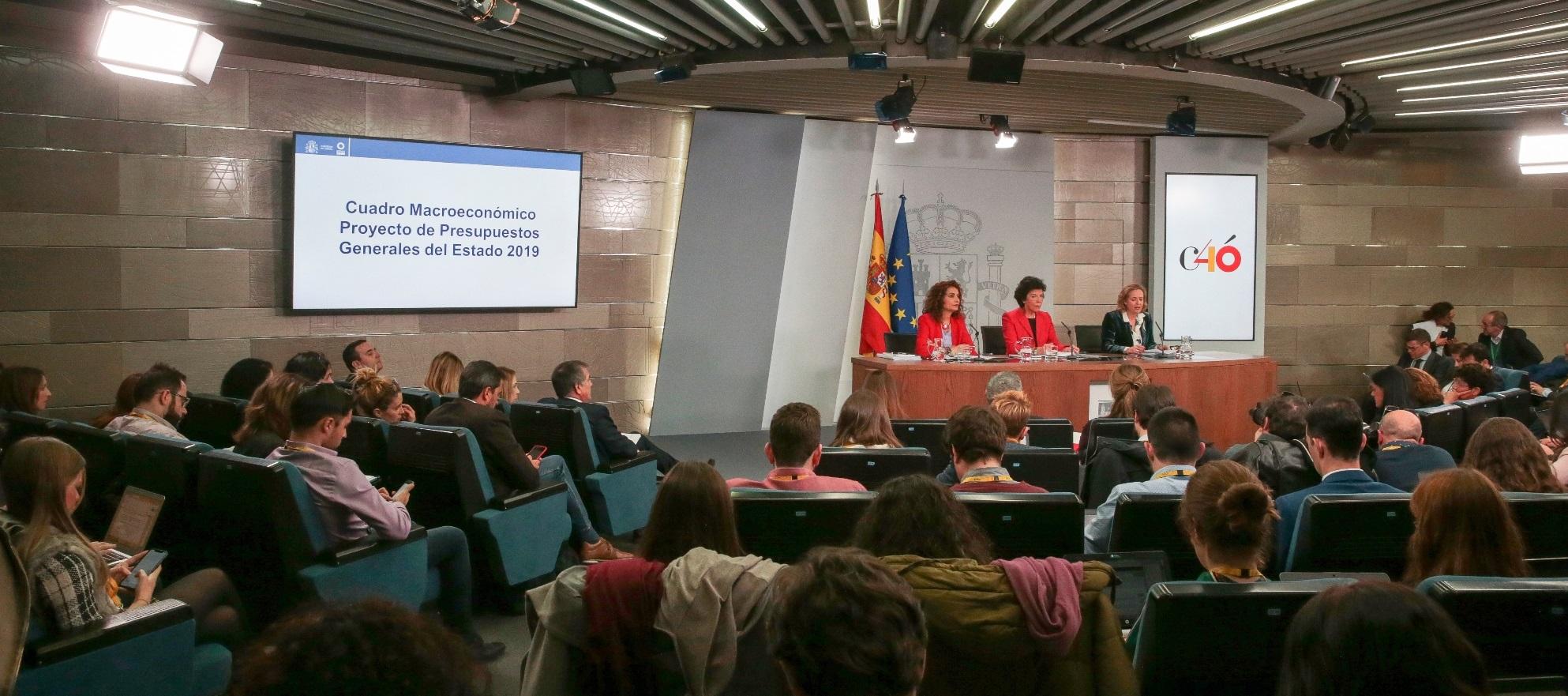 La portavoz del Gobierno, Isabel Celaá, la ministra de Hacienda, María Jesús Montero, y la ministra de Economía y Empresa, Nadia Calviño. Pool Moncloa/JM Cuadrado.