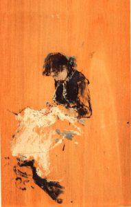 Pepita García, joven, sentada sobre fondo de madera.