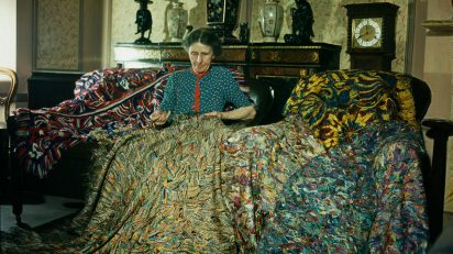 La artista inglesa Madge Gill realizando una manta con hilos de seda insertados en una lona, 1947. La manta contiene al menos dos millones de puntadas y es el resultado de seis meses de trabajo. Fotografía: Paul Popper / Popperfoto / Getty Images.