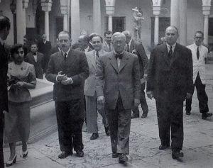 ¡El doctor Alexander Fleming en la visita al Hospital de la Caridad de Sevilla junto al doctor Francisco Navarro López en junio de 1948.