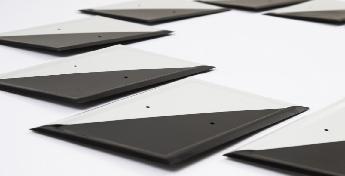 Gema Rupérez. Alone / Solo, 2018. Fotografía papel Hahnemühle 188 Photorag sobre dibond. 53 x 80cm. Instalación con placas de coto de caza, medidas variables.