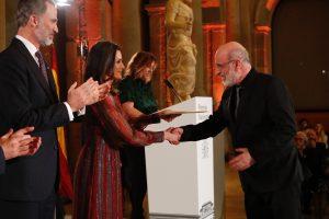 """La Reina hace entrega del Premio Nacional de Literatura / Modalidad Narrativa a Fernando Aramburu, por """"Patria""""."""