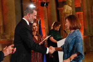 El Rey hace entrega del Premio Nacional de Periodismo Cultural a Blanca Berasátegui Garaizábal.