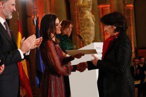 La Reina hace entrega del Premio Nacional de Música / Modalidad de Interpretación a Rosa Torres-Pardo Criado.