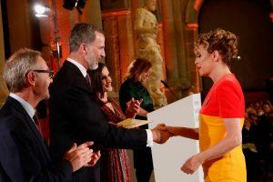 El Rey hace entrega del Premio Nacional de Diseño de Moda a Ágatha Ruiz de la Prada.