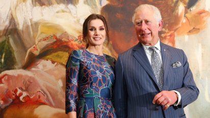 La Reina junto al Príncipe de Gales. © Casa de S.M. el Rey.