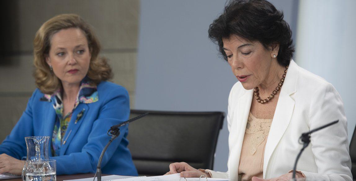 La ministra de Educación y portavoz del Gobierno, Isabel Celaá, y la ministra de Economía y Empresa, Nadia Calviño, durante la rueda de prensa posterior al Consejo de Ministros.