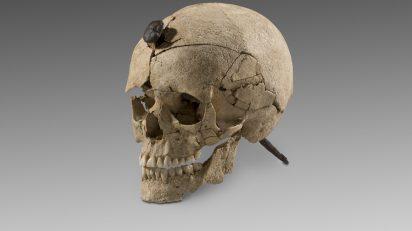 Cráneo con clavo (s. III a.C). Puig de Sant Andreu, Ullastret (Gerona). © Museu d'Arqueologia de Catalunya.